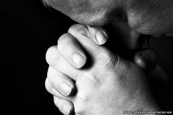 старичок молится